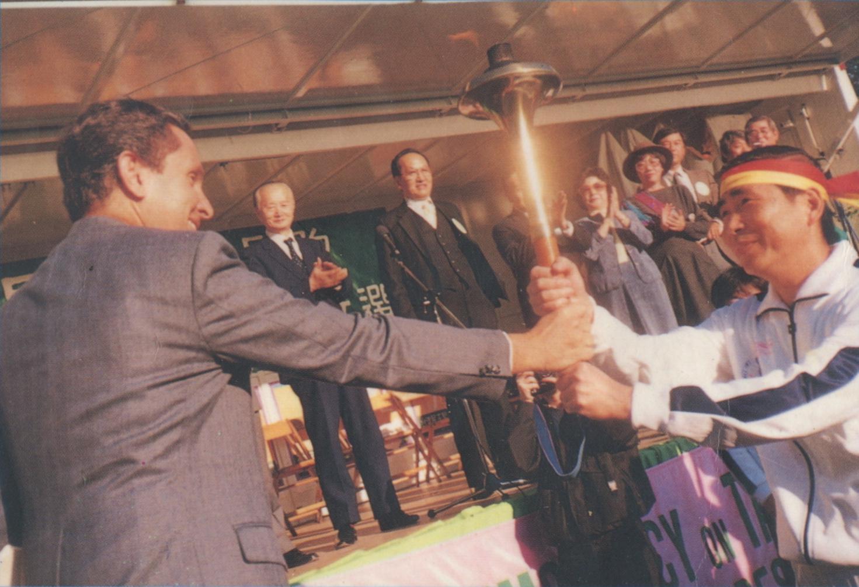 8. 蔡同榮接受索拉茲點燃的民主聖火長跑火炬 Oct. 31, 1987